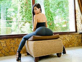 Sexy Latina Demonstrates Us Her Postures